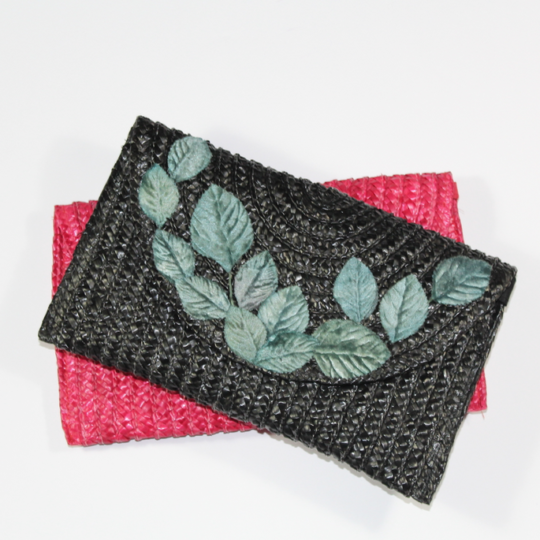 Bolso de rafia negro con hojas aterciopeladas verde-grisáceo